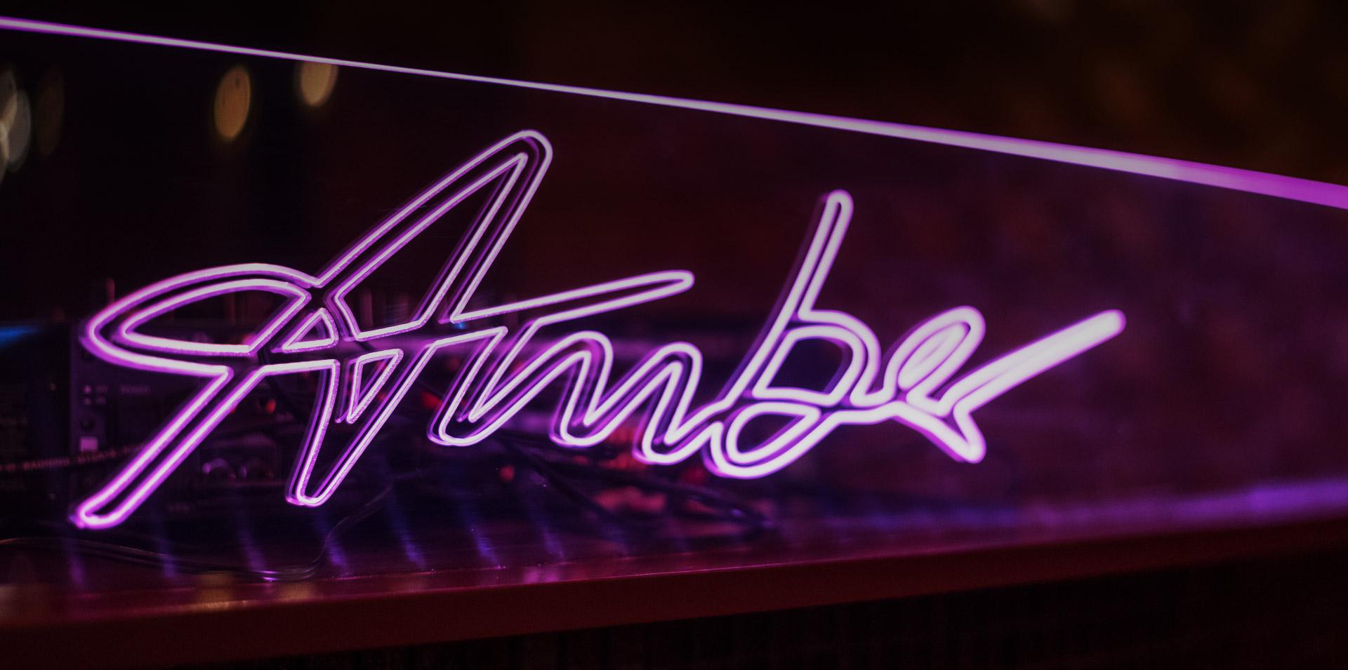 Neon Amber Schriftzug